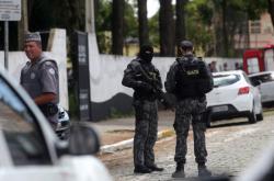 Policisté před školou v Sao Paulu, kde se střílelo