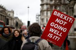 Odpůrci brexitu protestují v Londýně před budovou parlamentu