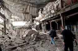 Pracovníci srbské automobilky Zastava v Kragujevaci obhlížejí škody po bombardování továrny (9.4.1999)