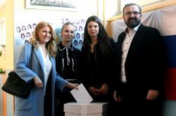 Zuzana Čaputová odvolila s rodinou v Pezinku