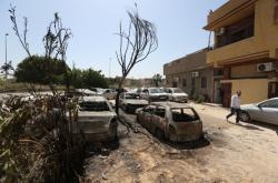Zničená auta po útocích Haftarových sil v Abu Salimu poblíž Tripolisu (17. dubna 2019)