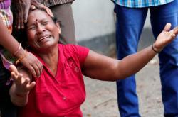 Lidé truchlící za své příbuzné po sérii útoků na Srí Lance