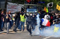 Policie nasadila proti demonstrantům slzný plyn