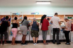 Fronta v jednom z obchodů v Havaně