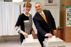 Viktor Orbán s chotí volí