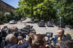 Novináři před místem činu
