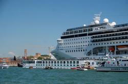 Velká výletní loď v Benátkách narazila do menší turistické lodi