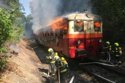 Hasiči likvidují požár vlaku