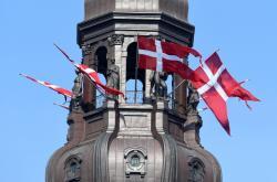 Vlajky na budově dánského parlamentu