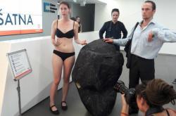 Aktivistka Greenpeace s kostýmem uhlí se pokouší o vstup na valnou hromadu ČEZ