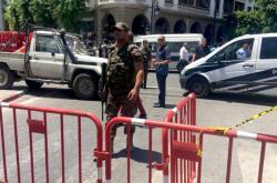 Tuniské bezpečnostní síly na místě útoku v Tunisu