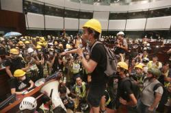 Protestující v přilbách vnikli do jednacího sálu hongkongského parlamentu