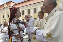 Olomoucký arcibiskup Jan Graubner s věřícími