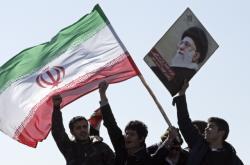 Íránští demonstranti s portrétem duchovního vůdce Chameneího