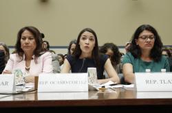 Kongresmanky Alexandria Ocasiová-Cortezová (ve středu) a Rashida Tlaibová (vpravo)