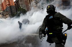 Policie zasáhla proti demonstrantům v Hongkongu slzným plynem