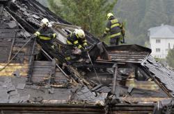 Hasiči dohašují požár Krejčířovy vily