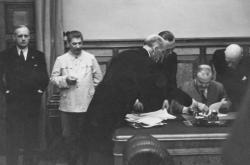 Vjačeslav Molotov podepisuje v Kremlu smlouvu s Německem. Vlevo na snímku německý ministr zahraničí Joachim von Ribbentrop a Josif Stalin