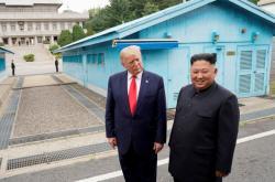 Donald Trump a Kim Čong-un v demilitarizovaném pásmu