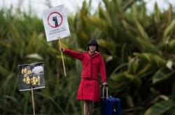Miniatura letušky s transparentem při protestu na podporu propuštěných zaměstnanců aerolinek