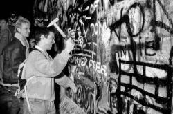 Němci 9. listopadu 1989 rozbíjejí Berlínskou zeď