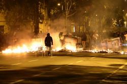 Demonstranti zapalovali barikády