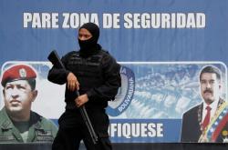 Příslušník zpravodajských služeb před věznicí v Caracasu