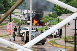 Střety mezi policií a kartelem po zadržení Guzmána