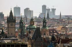 Historické a výškové budovy v Praze