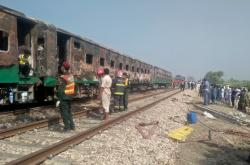 Ohořelý vlak v Pákistánu