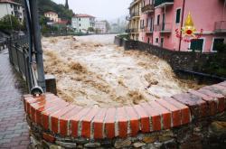 Deštěm rozvodněná řeka v italském městě Casarza Ligure