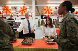 Mike Pence se svou ženou vydávají vojákům v Iráku slavnostní jídlo