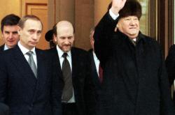 Jelcin se za přítomnosti Putina a dalších loučí s Kremlem (31. 12. 1999)