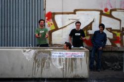 Happening, při němž studenti betonové květináče v Praze na Smíchově proměnili v bazény (2012)