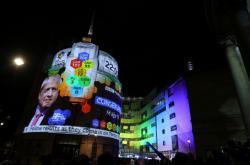 Projekce výsledků exit pollů v centru Londýna