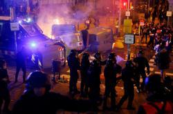 Potyčky mezi demonstranty a policií během fotbalového utkání