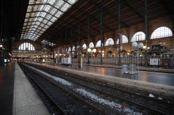 Prázdné nástupiště na pařížském nádraží