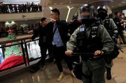 V hongkongském obchodním centru zasáhla pořádková policie