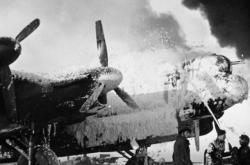 Doutnající britský bombardér Avro Lancaster