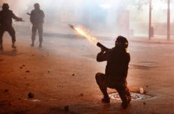 Policie v Bejrútu nasadila při protestech i slzný plyn