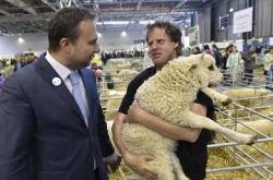 Marian Jurečka s chovatelem ovcí na výstavě hospodářských zvířat v Brně