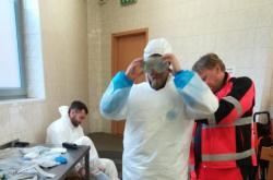 Záchranáři zasahující u pacienta s podezřením na koronavirus