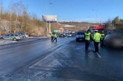 Policisté v místě dopravní nehody v pražské Bucharově ulici řídí provoz kyvadlově