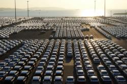 Nová auta v čínském přístavu