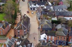 Následky bouře Dennis v Tenbury Wells v anglickém hrabství Worcestershire