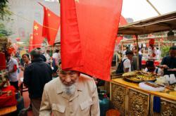 Jeden z Ujgurů na tržišti v autonomní oblasti Sin-ťiang