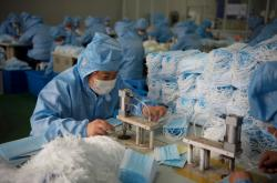 Výroba masek v čínské továrně