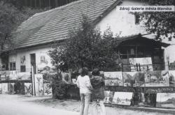 Svá díla vystavoval Zdeněk Táborský na plotě svého domu