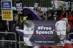 Lidé protestující proti vydání Assange do USA