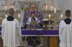 Věříící i kněží musí na bohoslužby chodit zdraví